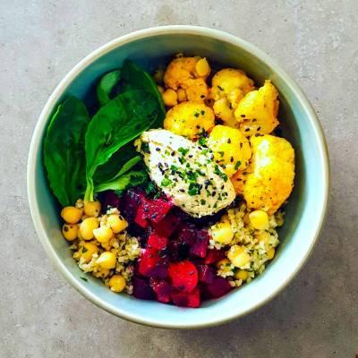 Buddha bowl au boulgour, légumes d'hiver et houmous