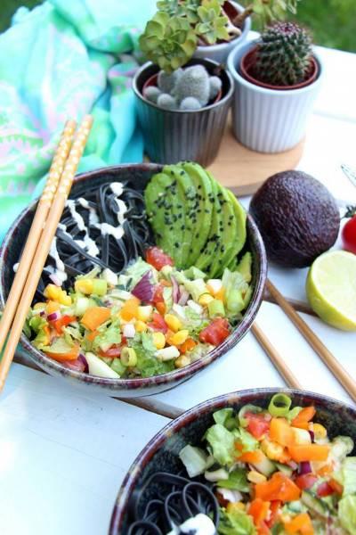 Salade de pâtes aux légumes d'été, sauce crémeuse à l'avocat