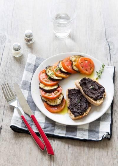 Salade de tomates et aubergine, sauce pastis