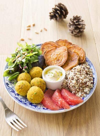 Buddha bowl aux boulettes de haricots blancs et patates douces rôties