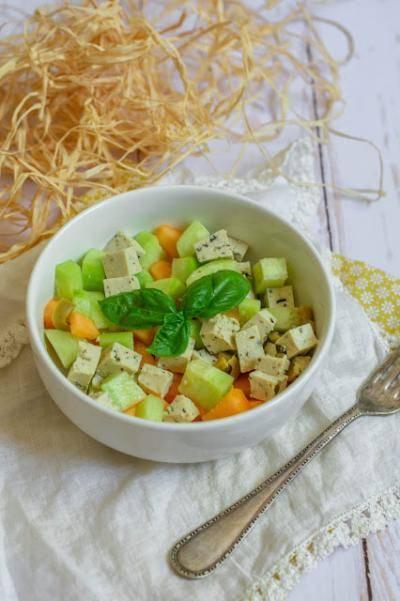 Salade de concombre, melon et tofu au basilic