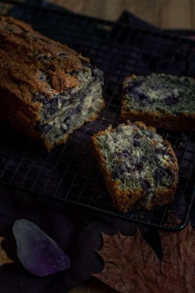 Cake marbré aux myrtilles et sésame noir