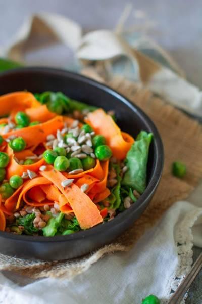 Bol de sarrasin grillé, carotte petits-pois