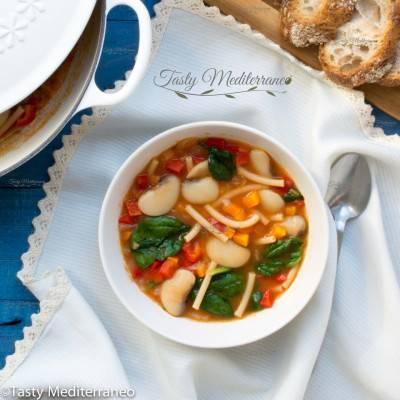 Soupe de pâtes et de haricots blancs à la méditerranéenne