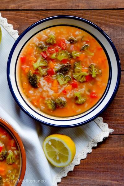 Soupe de riz méditerranéenne aux légumes