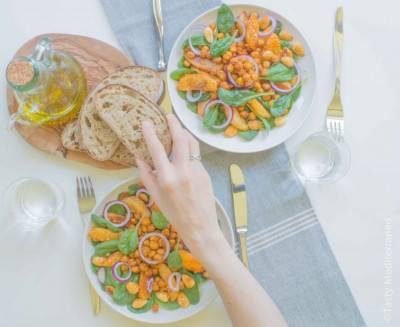 Salade de pois chiches, pommes de terre et amandes rôties