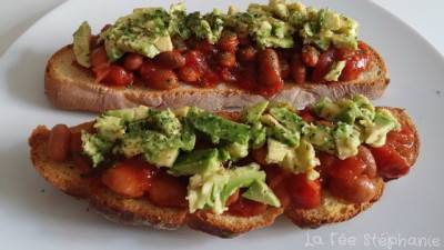 Bruschette de haricots rouges au chili et avocat