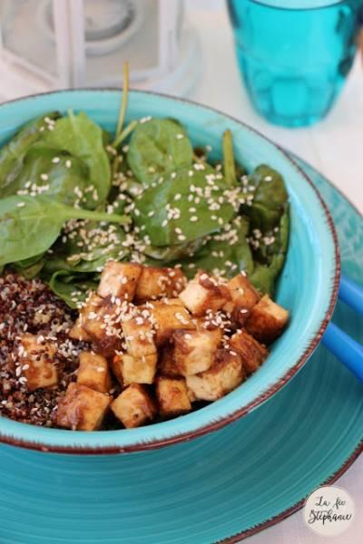 Bol de quinoa 3 couleurs, épinards et tofu en sauce d'arachides