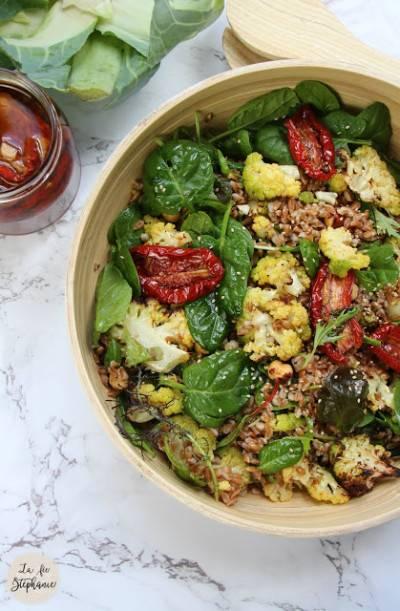 Salade d'épeautre et de chou-fleur grillé aux noisettes