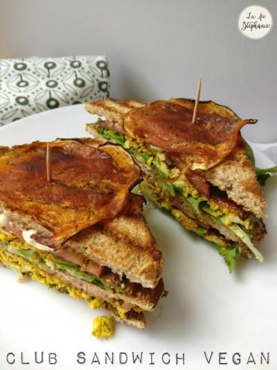 Club sandwich au tofu brouillé et bacon d'aubergine