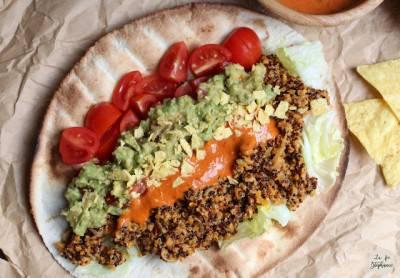 Fajitas au seitan et quinoa, sauce au poivron et guacamole