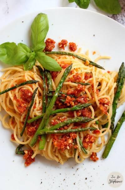Spaghetti aux asperges et pesto rouges aux amandes