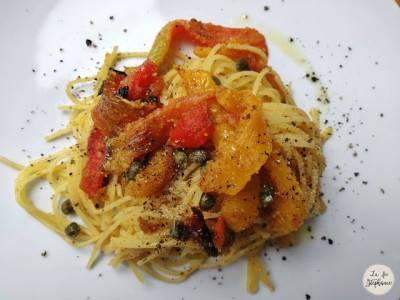 Spaghettis aux poivrons rôtis, câpres et chapelure