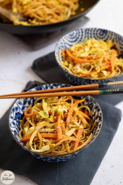 Wok de nouilles sautées aux légumes et tofu