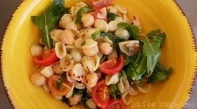 Salade express d'orecchiette aux pois chiches, tomates et roquette