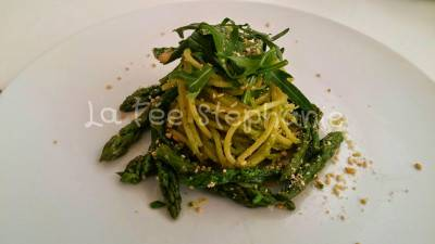 Spaghetti au pesto d'asperges et de roquette