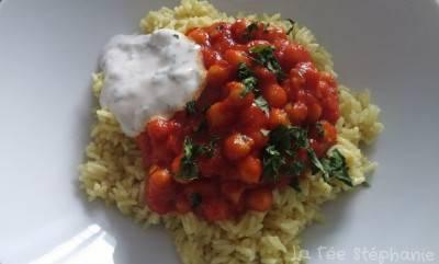 Riz au curry, pois chiches aux épices et sauce au yaourt