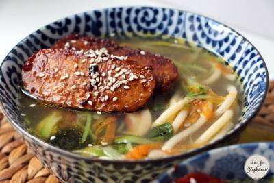 Soupe chinoise aux légumes, miso et tempeh grillé