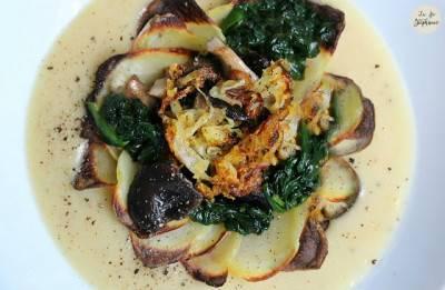 Poêlée d'épinards, pleurotes rôtis, oignons frits sur lit de purée de fèves