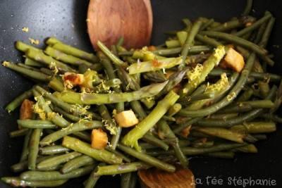 Wok d'asperges et de haricots verts, cubes de tofu sautés