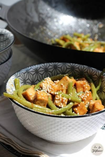 Wok de haricots verts et tofu grillé, sauce aux arachides