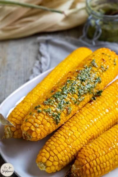 Épis de maïs grillés, sauce pesto de basilic