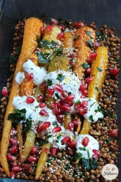 Salade de lentilles, carottes rôties, sauce tahini et grains de grenade