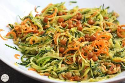 Salade de spaghettis de légumes, avocat et pois chiches rôtis