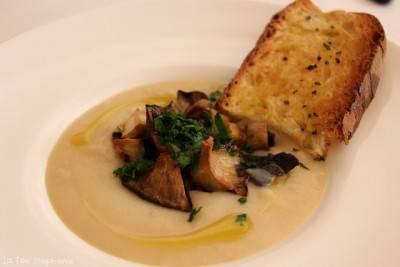 Velouté de haricots blancs, champignons rôtis et croûtons à l'ail