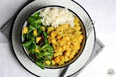 Bol de chou-fleur et pois chiches à l'indienne, mâche à la mangue et riz