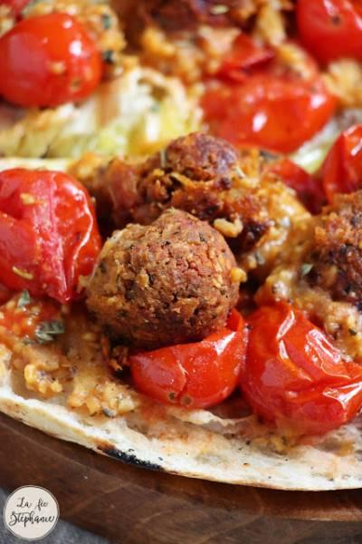 Boulettes de haricots rouges et flocons d'avoine aux tomates rôties