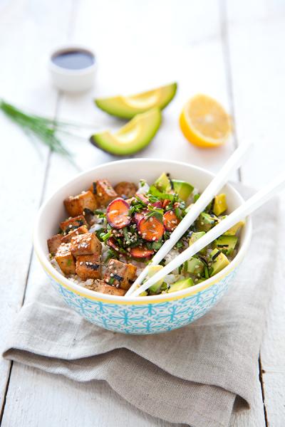Poke bowl façon chirashi, avocat et tofu
