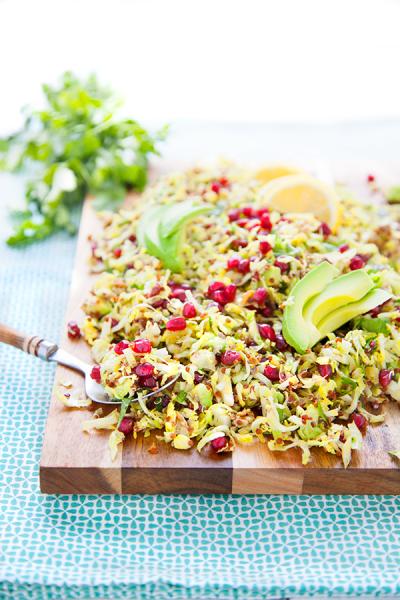 Salade de quinoa aux choux de Bruxelles, grenade et avocat