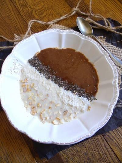 Porridge cru chia-coco et coulis à la banane