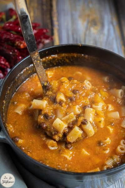 Soupe de pois chiches noirs, courge et pâtes