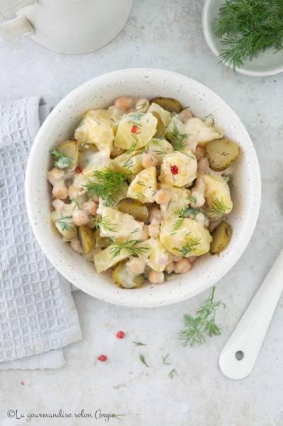 Salade de patates, cornichons, pois chiches et sauce blanche