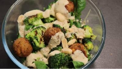 Salade de kale au beurre de cacahuètes