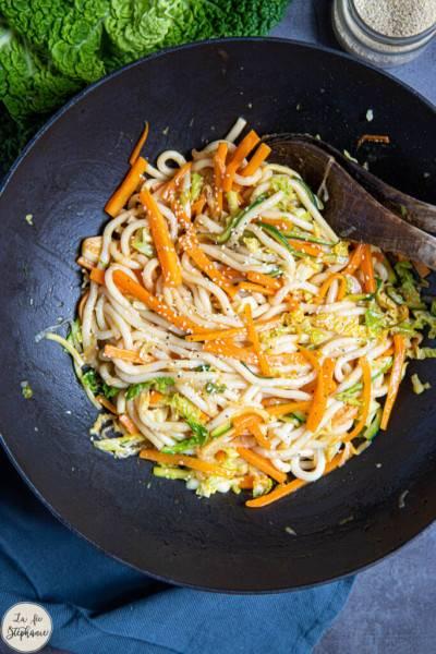 Udon aux légumes sautés en sauce asiatique