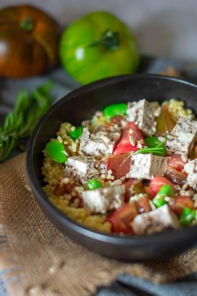 Salade de millet, tomates, fèves, olives et tofu