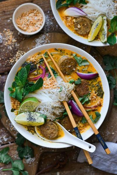 Soupe de nouilles thaïe à la faucisse
