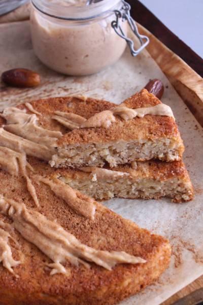 Gâteau moelleux aux pommes et caramel de dattes