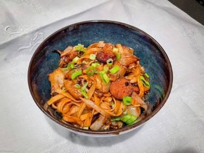 Nouilles udon sautées aubergine - faucisse