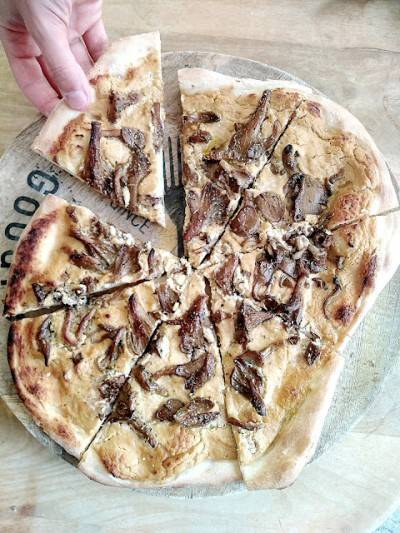 Pizza crémeuse végane aux pleurotes