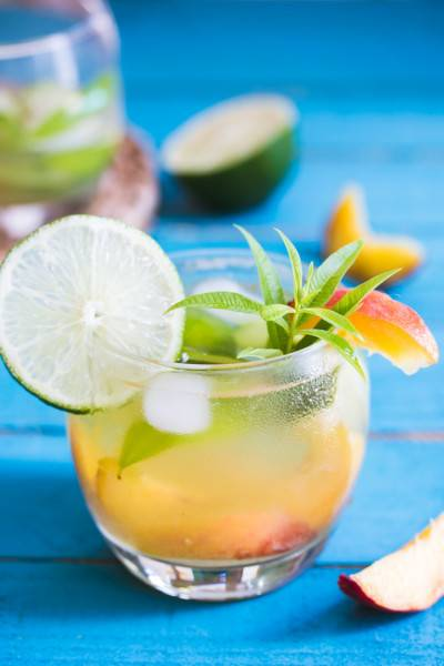 Mocktail pêche, citron vert et verveine