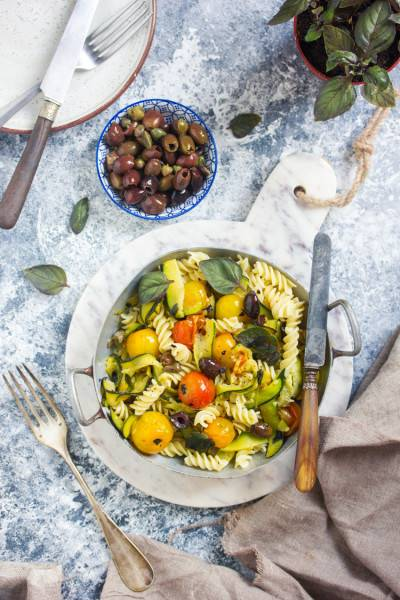 Pâtes aux tagliatelles de courgettes, tomates et olives
