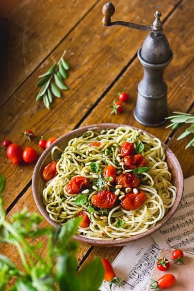 Spaghettis au pesto et tomates rôties