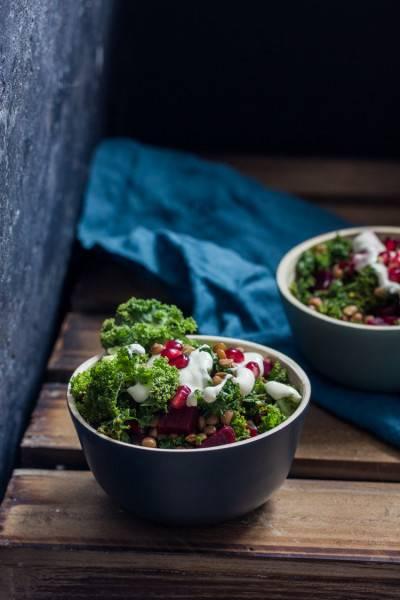 Salade de chou kale, lentilles, betterave et sauce à l'ail